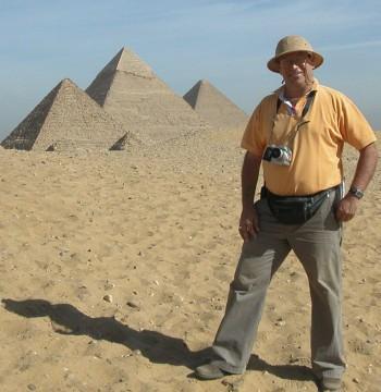 Fernando Malkún en Egipto, con un sombrero como de safari.