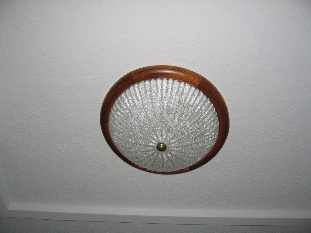 Lamparas Para Baños Publicos:la entrada del zulo hay esta típica lámpara de techo, el cristal