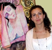 Stella junto a una de sus obras