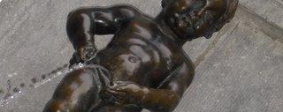 El manneken pis -el niño que orina- representa la rebeldía, independencia y capacidad de burla de los bruselenses; capaz de engendrar por igual odio y admiración, la estatua de bronce ya ha sido robada en varias ocasiones