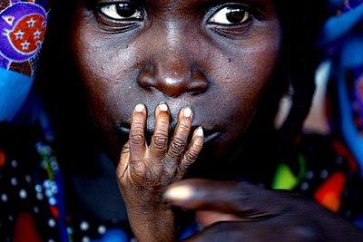 Imagen ganadora del World Press Photo 2005. Madre de hijo en un centro de alimentación de emergencia en Tahoua, Níger, de Finbarr 0'Reilly para Reuters