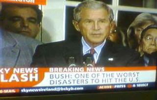 foto de bush con la sobreimpresion de un texto que dice  Bush: Uno de los peores desastres que han golpeado a U.S