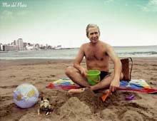 Foto de George Bush sentado en malla en la Arena de Mar del Plata