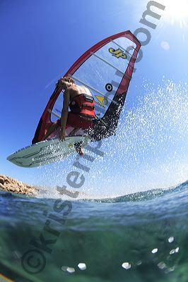 Photographe de windsurf, surf, Antxon Otaegui en petit jump sur un spot tranquille du fin fond de la Crete par Kristen Pelou