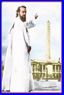 El Maestre De La Ferriere al inicio de su Mision a los 33 años, señalando el Obelisco de Paris, con su celebre frase: No miren mi dedo, miren hacia adonde apunta.
