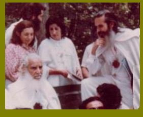 El Venerable Maestro DDP., con la rodilla arriba, junto a otros Jerarcas de la GFU. y el Sublime Hermano Mayor.