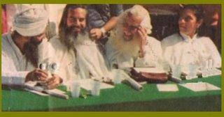 Aqui vemos al Maestro Yogui Bajan. con turbante, junto al Maestro DDP., el Venerable Maestro Estrada y su esposa Carlota