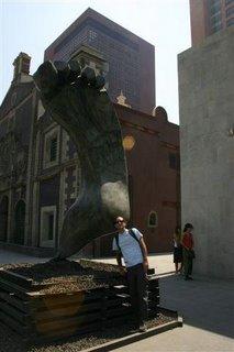 El Iniciado Luis frente a una escultura en el centro del DF.