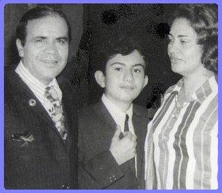 El Zahir con sus padres a los 8 años de edad