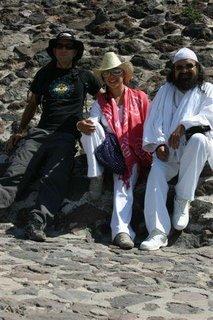 Luis en Teotihuacan con la Mata Ji Fatima y Al Sheikh GG::