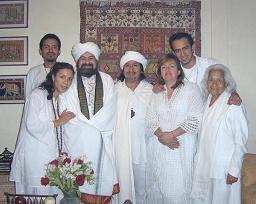 Grupo de Iniciados bajo el manto del Al Zahir Sat Arhat Amaro, junto al Zahir Sheikh GG:: y la Mata Ji Fatima GG::
