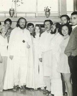 El Venerable Sat Arhat Ferriz Olivares con un grupo de hermanos en Peru
