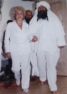 Al ingreso en una ceremonia sufi, el Sheikh GG:: su mama y el H. Guru Pitric atras.