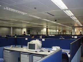 Baru pindahan gedung, meja kosong n komputer baru