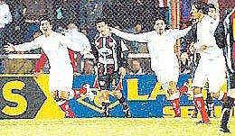 Festejo del gol de Huracán a Instituto