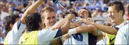 Adriano festeja o golo apontado com jogadores suplentes do F.C.Porto