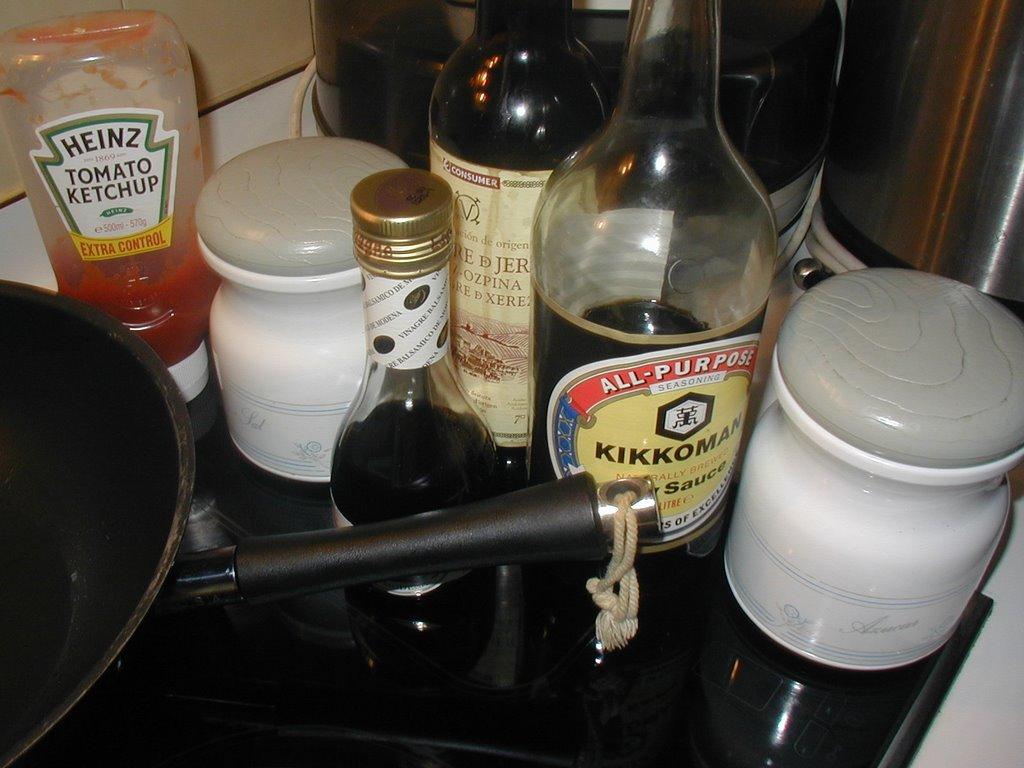 Ingredientes preparados para utilizar, cortados en bastoncitos.