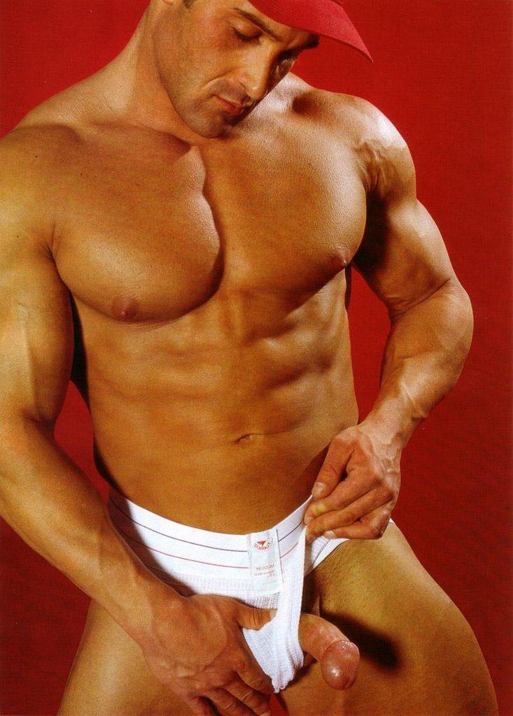 Hombres que ejercitan en el desnudo