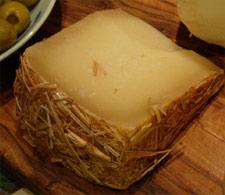 Kolla in halmen på osten
