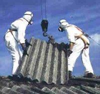 Personal especializado y debidamente protegidos retiran placas con alto contenido de amianto