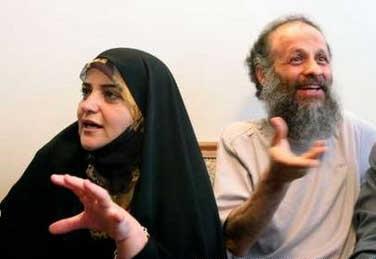 اکبر گنجی و عیال محترمه در کفن سیاه