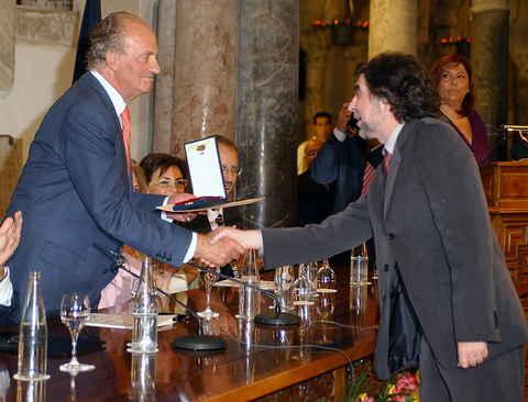 Joaquín Sabina recibiendo la medalla al Mérito de las Bellas Artes