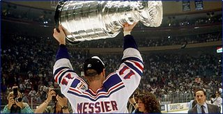 Mark Messier raises Stanley Cup