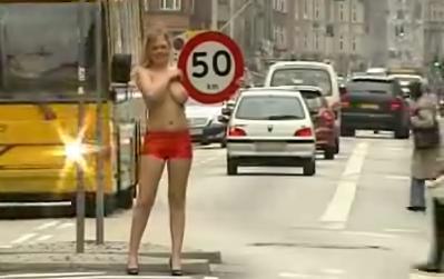 chicas en topless para fomentar el respeto a los limites de velocidad