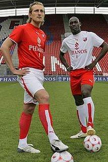 Joost Broerse in het thuistenue en MArc Antoine Fortuné in het nieuwe uittenue voor het seizoen 2006-2007