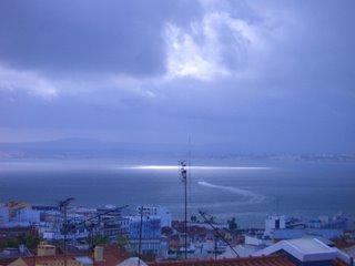 Lisboa- O Tejo e a chuva