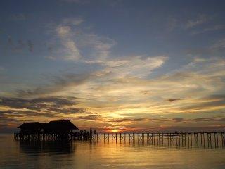 Sonnenuntergang über der Tauchbasis der Insel Lankayan