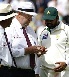 Hair showing the cricket ball to Inzamam, informing him that the ball is no longer round like either of the two gentlemen!