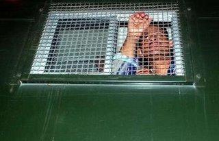 صورة لأحد مختطفي الأربعاء 26/4 أمام نادي القضاة , و ليست لحسين بالضرورة