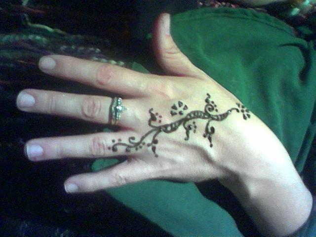 Simple henna pattern for the back of the hand