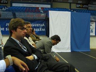 João Almeida em primeiro plano e Barros Rodrigues, curvado, a escutarem atentamente Cabral Ferreira