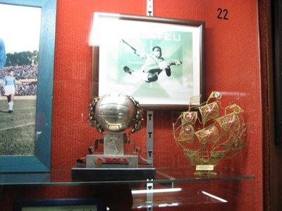 Vitrina de Matateu com a primeira Bola de Prata atribuida pelo jornal A Bola em 1952-53. Ao fundo encontra-se a célebre fotografia acrobática tirada em jogo realizado na Covilhã