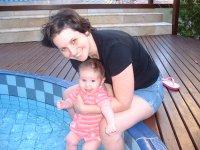 Molhando os pezinhos na piscina e a mamãe de look novo