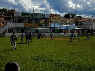 Heron(5), acerta o poste do gol defendido por Mauro Gil