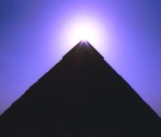 Una vista nocturna de una de las piramides del Centro, enviada por un visitante al lugar.