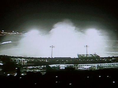 Beira Rio tomado pela fumaça dos sinalizadores acionados pelos torcedores