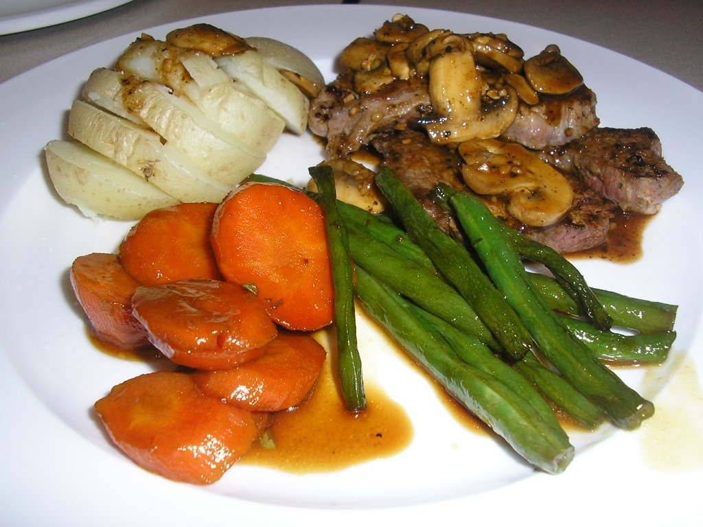 GRILLED BEEF ROUND STEAK WITH MUSHROOM SAUCE AND VEGETABLES