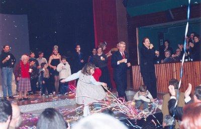 Foto de Germana no palco em noite de fim-de-ano