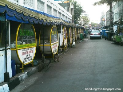 The line of stall on Jalan Cikapundung