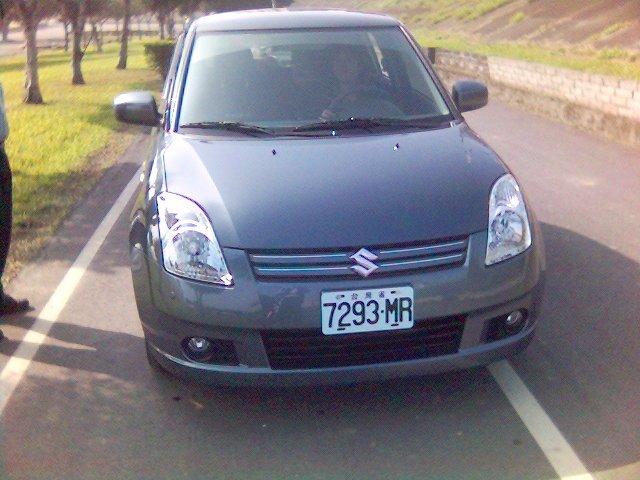 圖一:車號7293-MR的Suzuki深灰色自小客車