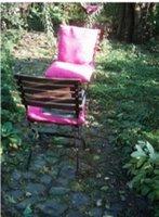 Gartenstuhl mit pinkem Kissen