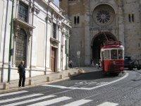 tranvía frente a Se, la catedral de Lisboa