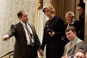 Cindy Sheehan escoltada por seguridad del Congreso norteamericano a su llegada.