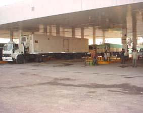 Decenas de camiones rodeaban una estación de servicio en la Ruta 34 acuciados por la falta de combustible. Foto: Nuevo Diario Web.