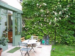 amenagement d 39 exterieur jardinier paysagiste corse paca paris un mur de roses. Black Bedroom Furniture Sets. Home Design Ideas