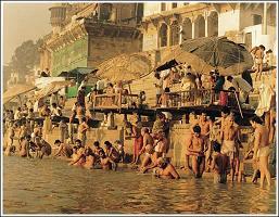 El Rio Ganges y sus rituales funerarios o de Bendiciones...Click para ampliar la imagen